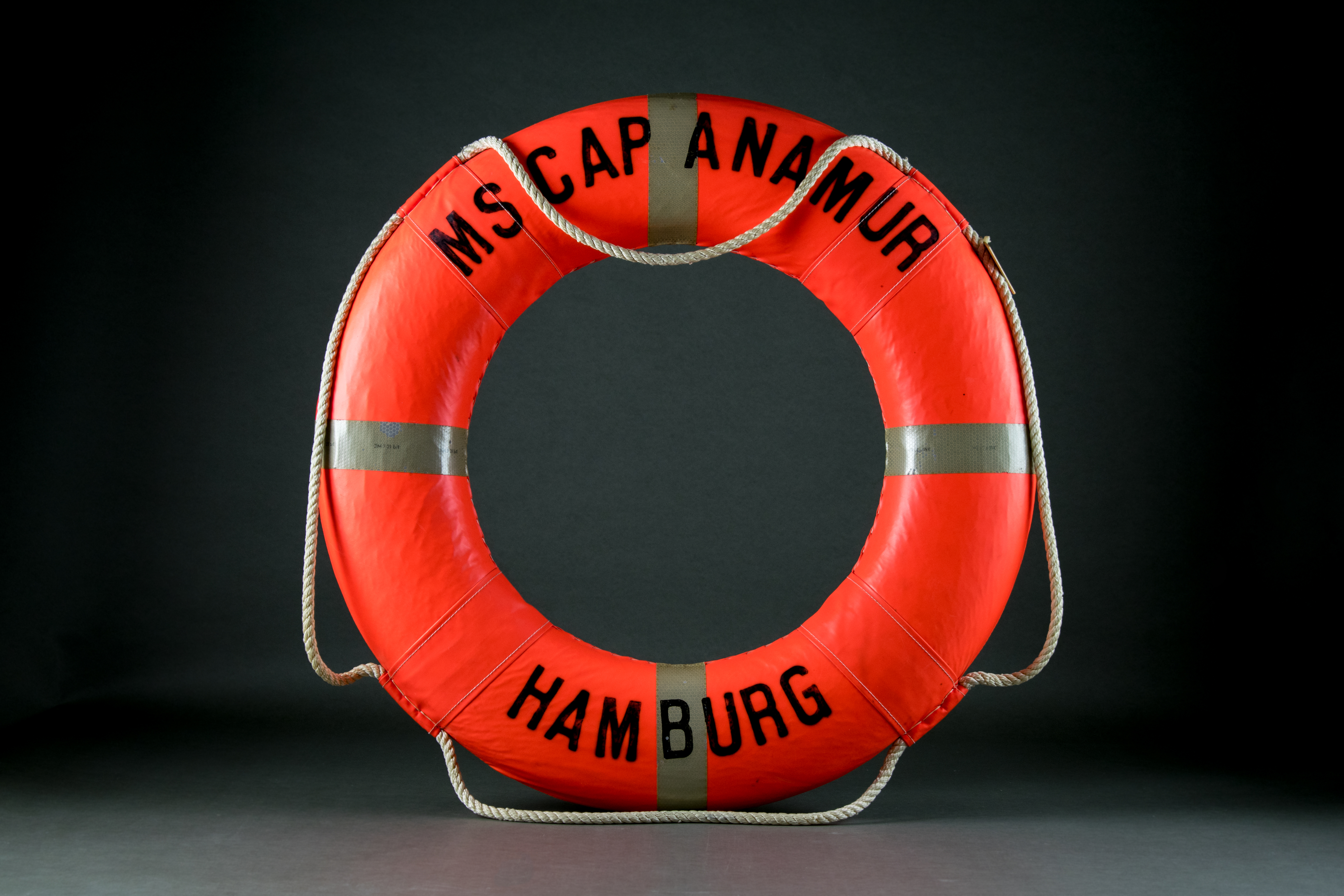 Life buoy from the hospital ship Cap Anamur I, with which almost 10,000 boat people were rescued from the South China Sea, c. 1980 © Thomas Huân Nguyễn, DOMiD-Archiv, Köln, E 1466,0003