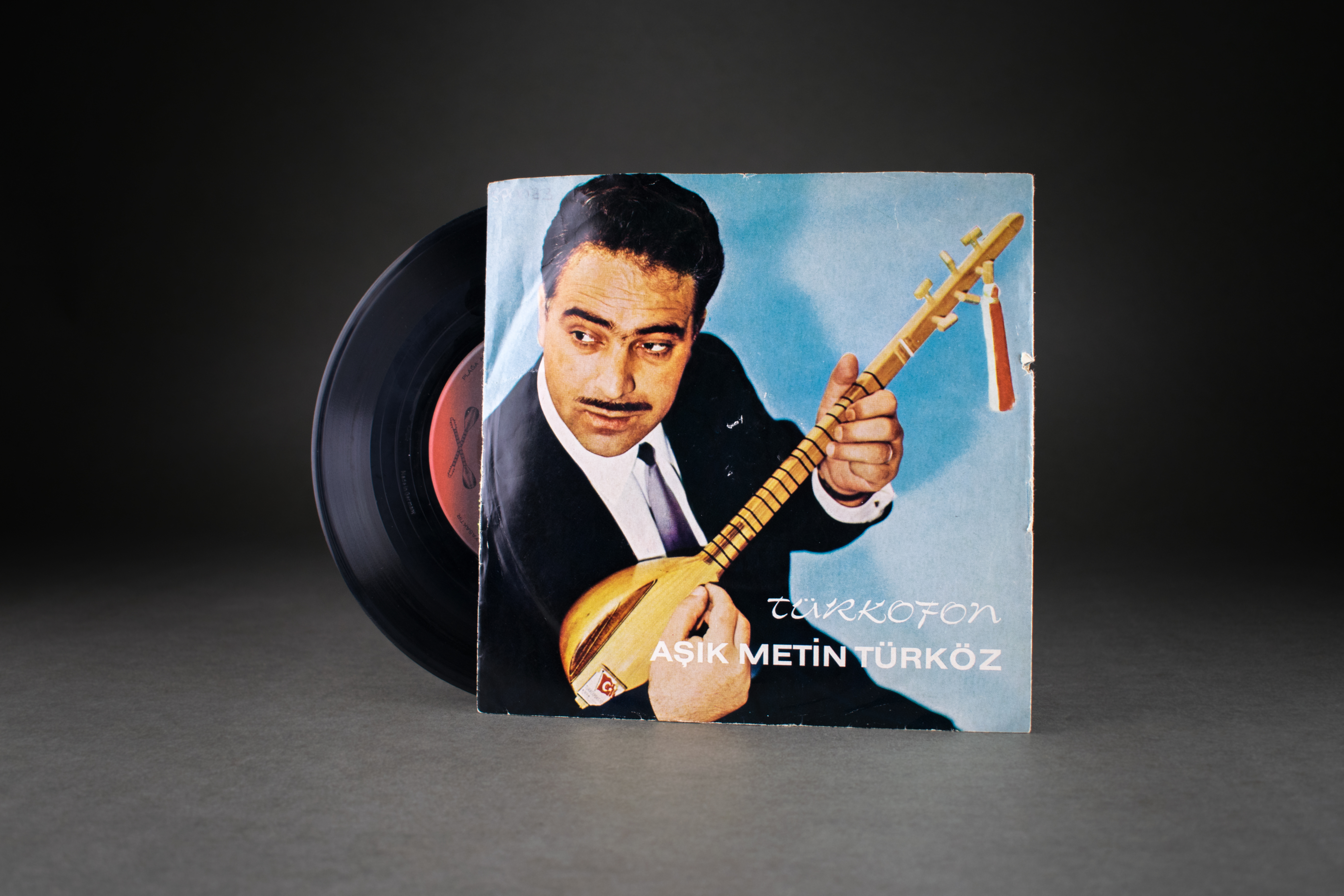 "Record ""Kabahat Tercümanda"" by Metin Türköz, 1970s, turophone. DOMiD Archive, Cologne, BT 0204,0001 Metin Türköz was one of the best-known singers of so-called ""guest worker music"". His songs reported on the everyday life of migrant workers, such as the song ""Guten Morgen Mayistero"". Many of them were socially critical, as the title ""Gastarbayter Raus"" makes clear."