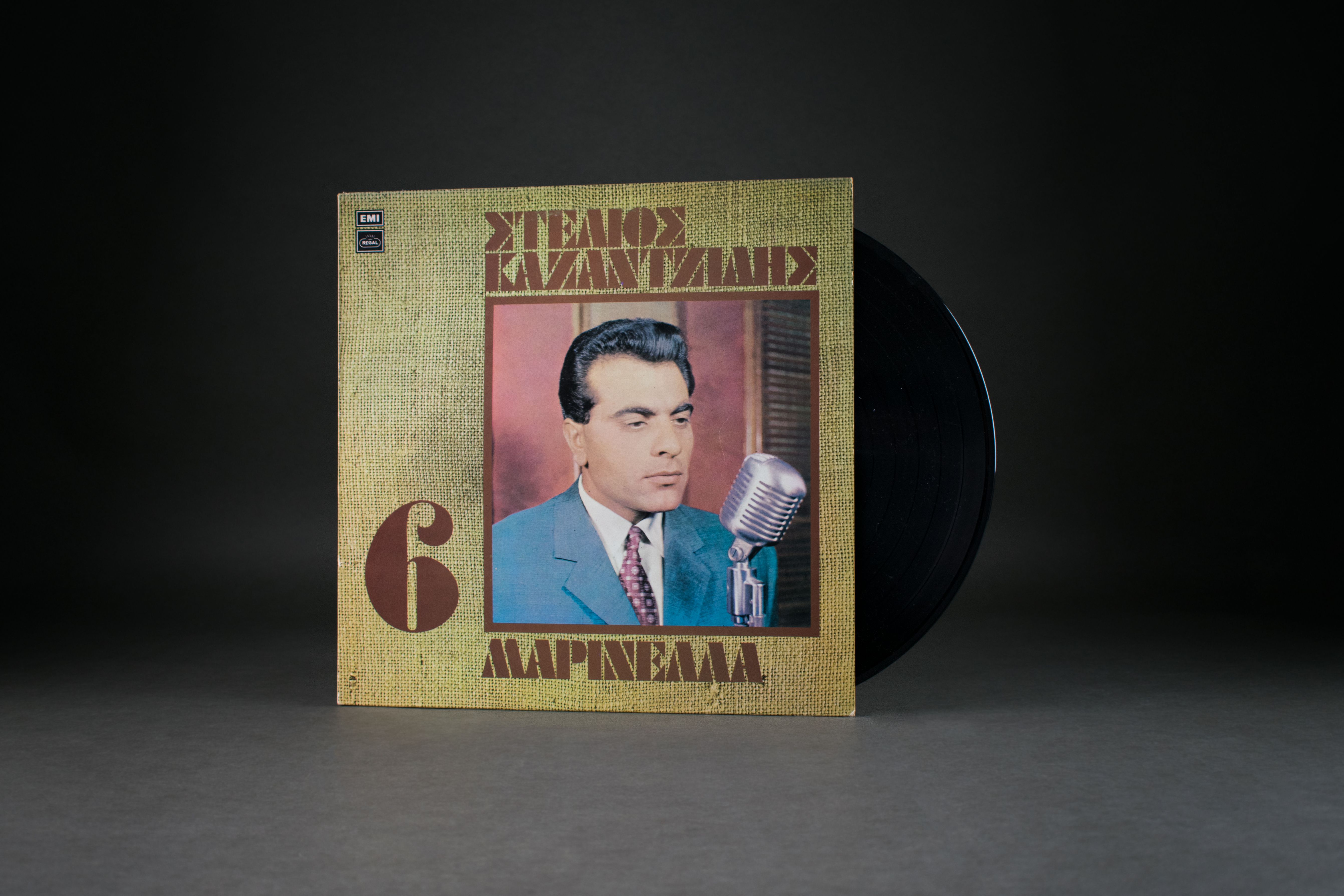 Long-playing record by Stelios Kazantzidis No.6., 1976. The Pontus-Greek singer Stelios Kazantzidis was one of the most popular singers among Greeks in Germany. In his songs he sang about homesickness, the longing for the abandoned homeland and gave a voice to the attitude towards life of the workers recruited from Greece. DOMiD Archive, Cologne, E 1473.0471
