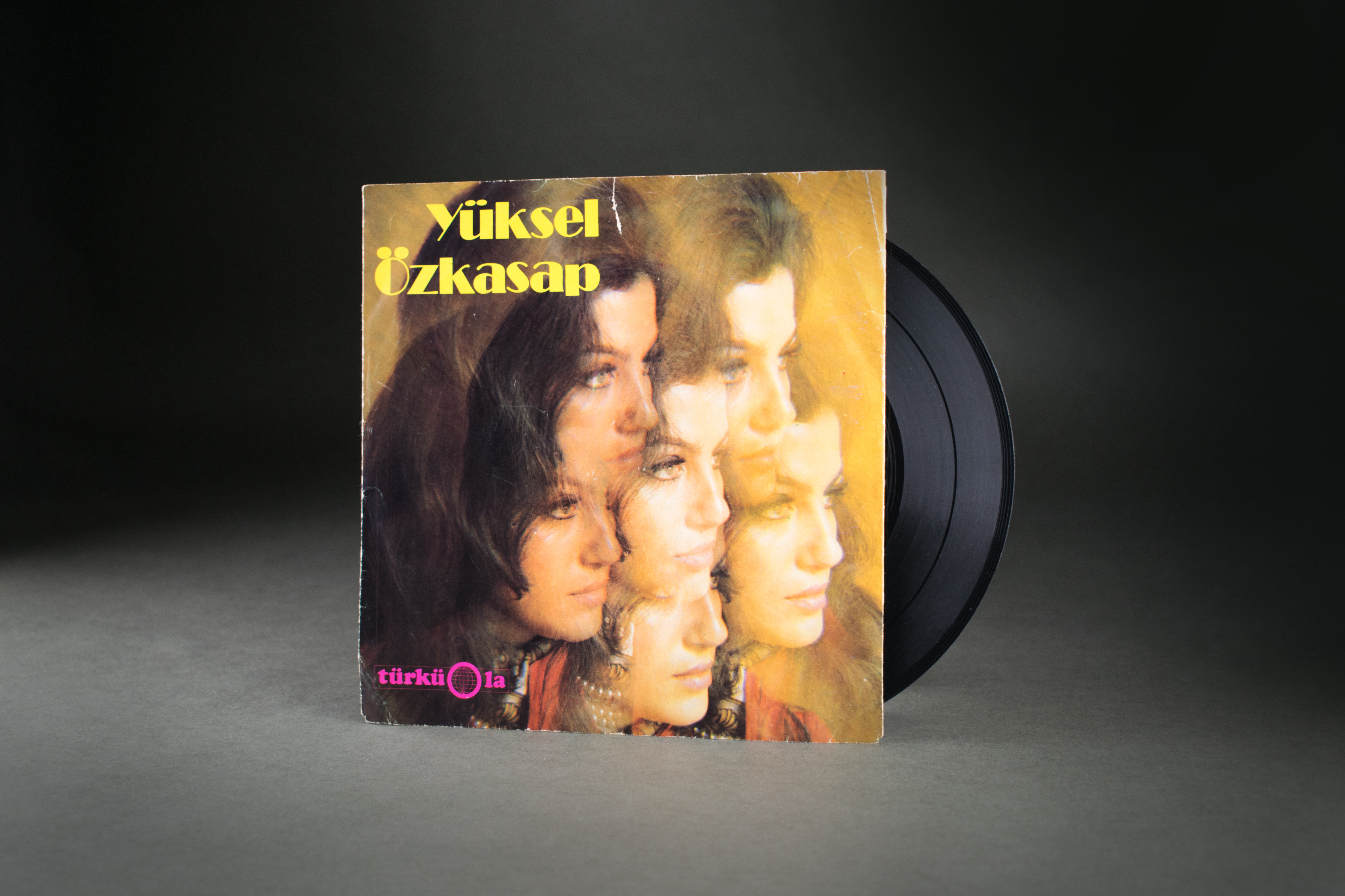 "Single by Yüksel Özkasap on the Türküola label, 1968: Yüksel Özkasap came to Velbert as a factory worker and worked in the Stannay key factory, where she also started to sing. This resulted in a music career that earned her the nickname ""Köln Bülbülü"" (""Nightingale of Cologne"") from her fans. Özkasap sang around 500 ""Gurbet Türküleri"" (""Folk Songs from a Foreign Country"") and released over 20 albums. DOMiD archive, Cologne, SD 0130 000"