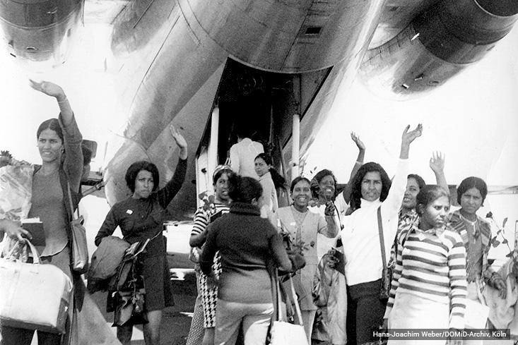 Moroccan women are waving goodbye at the airport in Casablanca before their departure to Germany. Casablanca, 1971. Photo: Hans-Joachim Weber/DOMiD-Archive, Cologne